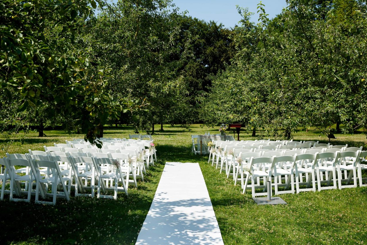 Getting married in the orchard of Marienwaerdt estate