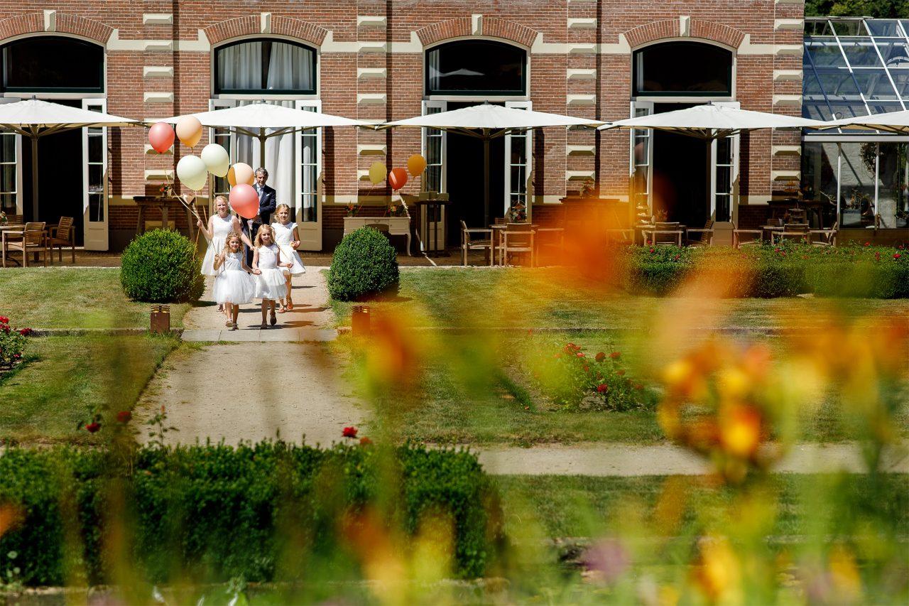 Zomerse buiten bruiloft in Arnhem bij Oranjerie Groot Warnsborn
