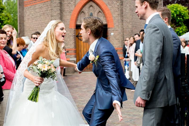 Getting married with a relaxed vacation vibe: Waalwijk & Castle Hoekelum