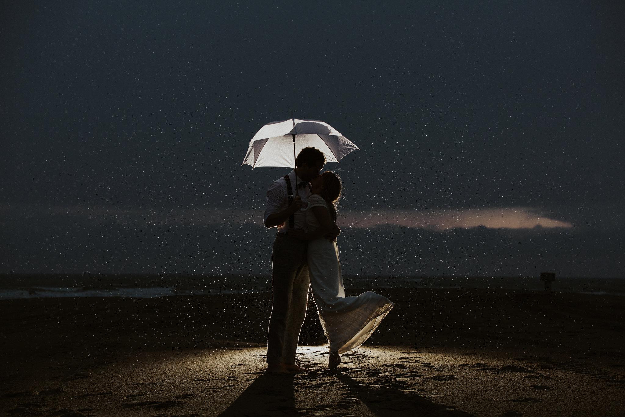Stralend op je bruiloft in de regen