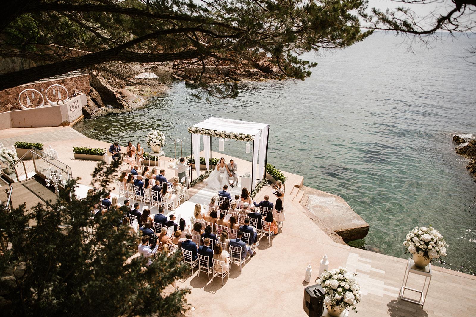 Bruidspaar trouwt buiten in Zuid-Frankrijk aan het water.
